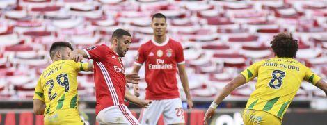 """Рестарт футболу у Португалії: автобус """"Бенфіки"""" закидали камінням, два гравці постраждали"""