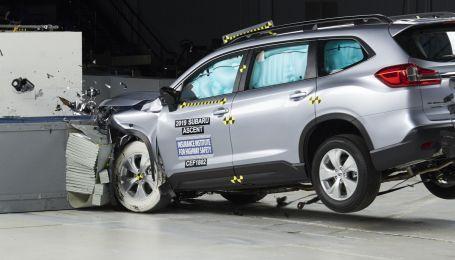 В США разбили десятки машин и назвали самые безопасные за 2020 год