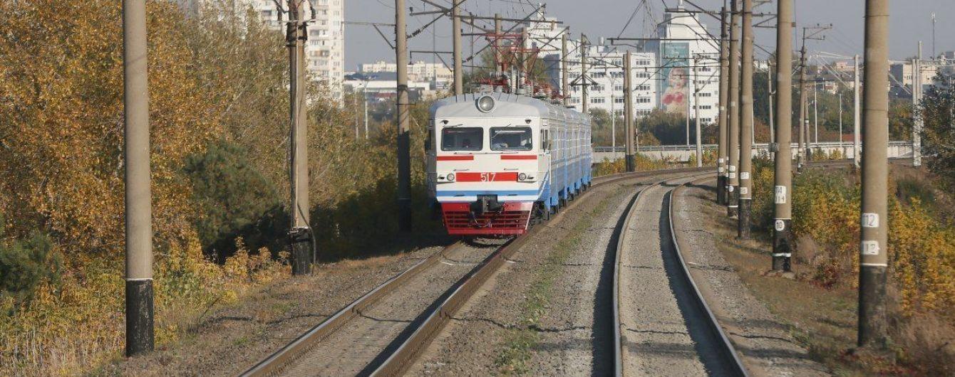 Дві дівчини задля розваги розтрощили вагон електрички в Дніпропетровській області