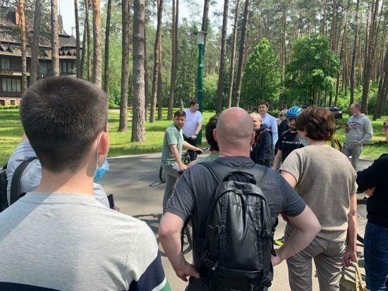 Зеленський в Заліссі розпочав зустріч з журналістами: президент пересів на велосипед