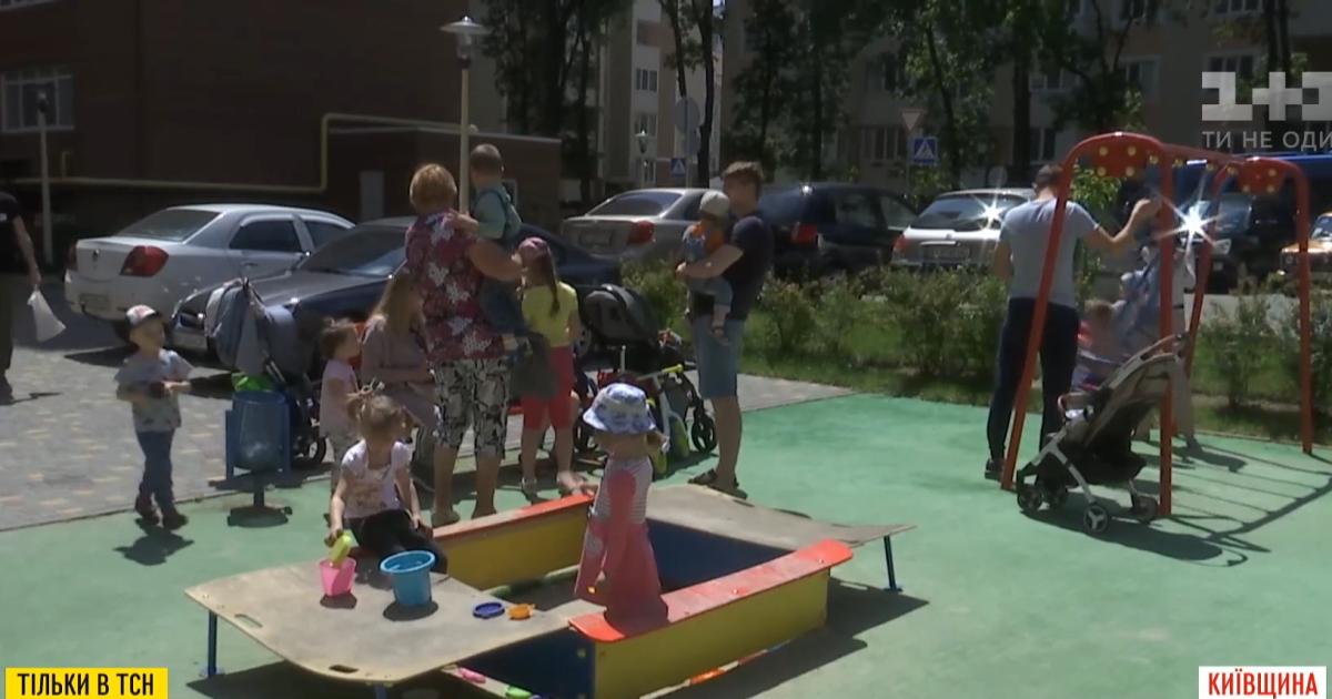 Спасли считанные сантиметры: в пригороде Киева водитель въехал на площадку, где играли дети