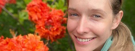 Екатерина Осадчая, лежа на траве в легком платье, засветила длинные ноги