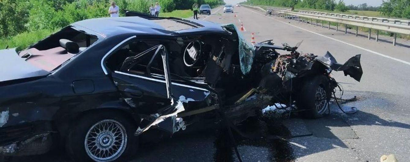 Під Одесою водій BMW зіткнувся з відбійником: внаслідок ДТП одна людина загинула, ще троє травмовані