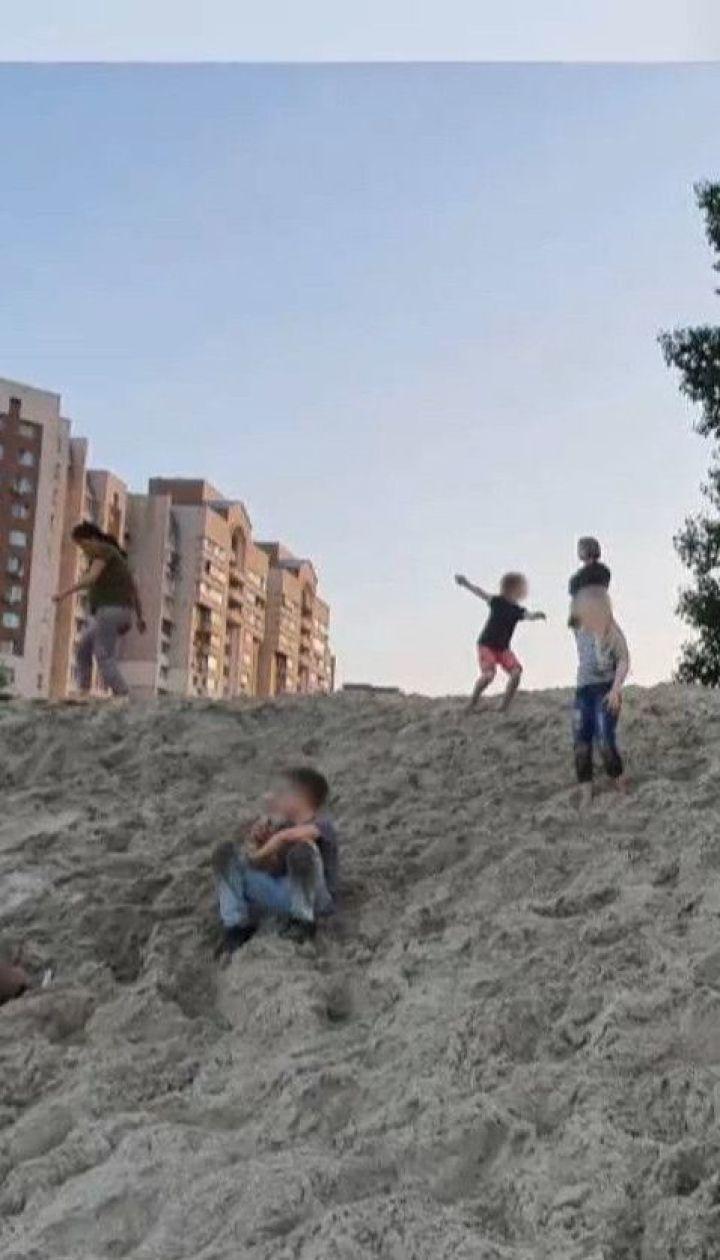 На Оболонській набережній у Києві небайдужі врятували дитину, яку засипало піском