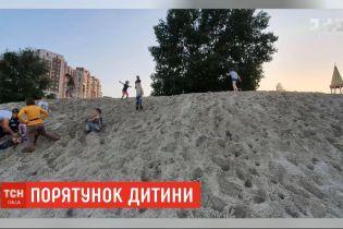 На Оболонской набережной в Киеве неравнодушные спасли ребенка, которого засыпало песком
