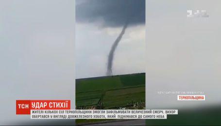 Жители нескольких сел Тернопольской области смогли заснять смерч