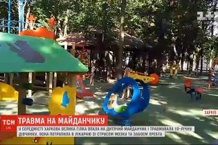 Величезна гілка дерева впала на 10-річну дівчинку у Харкові: дитина у лікарні
