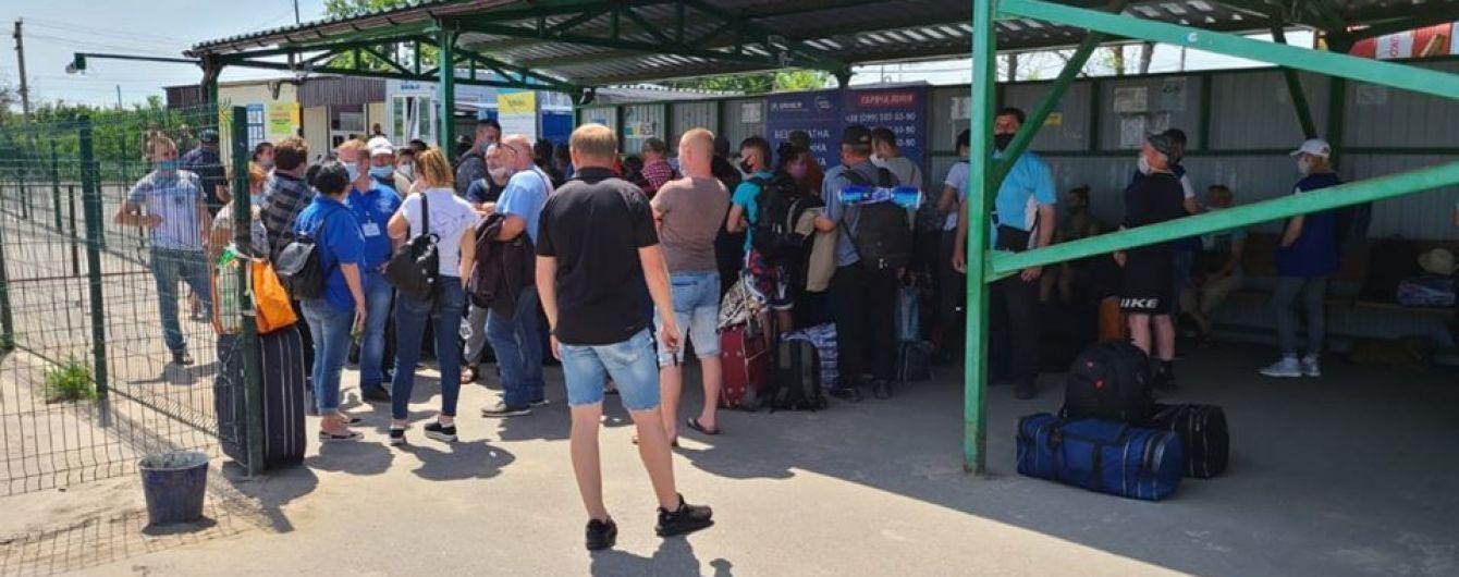 Не випустили жодного українця: бойовики продовжують блокувати роботу КПВВ на Донбасі