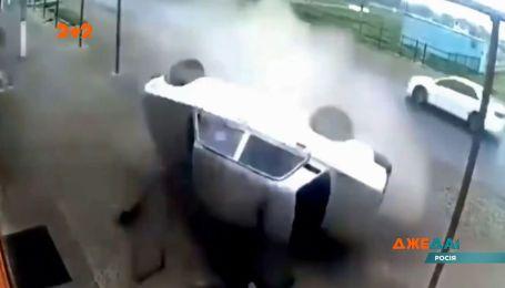В России водитель ВАЗ на скорости влетел в металлический столб