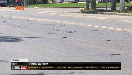 На одесских дорогах из-за жары и некачественного ремонта поплыли смоляные заплатки