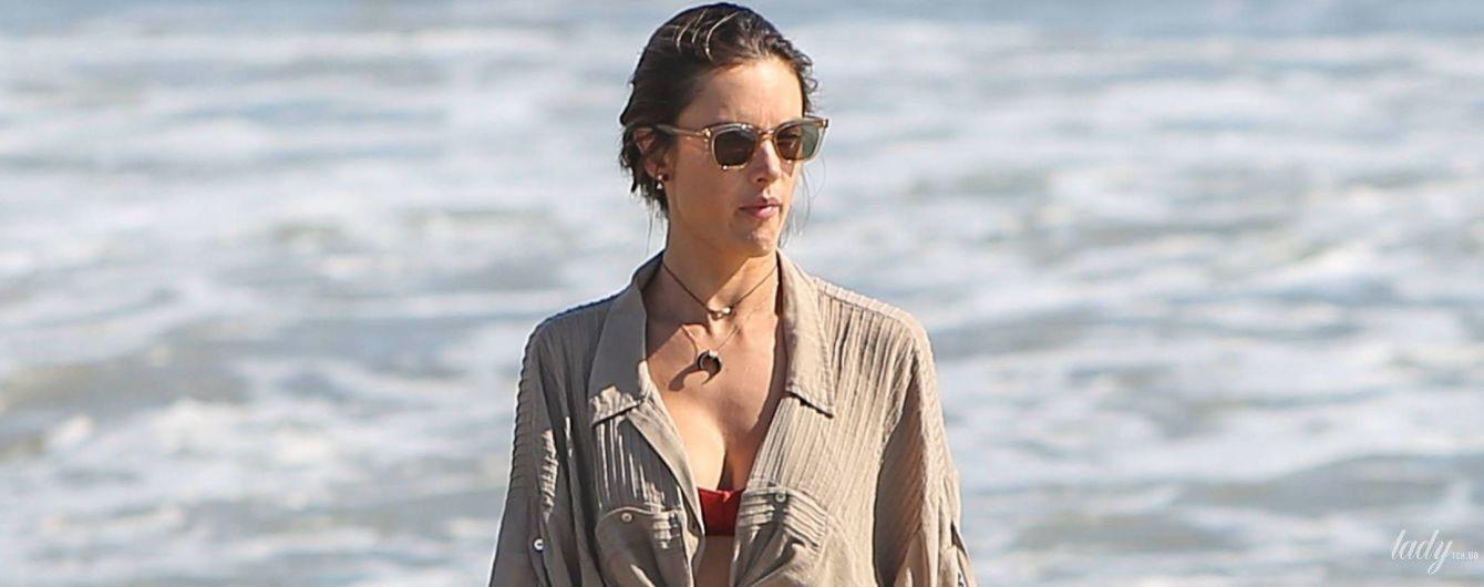 В бикини и мини-шортах: Алессандра Амбросио выбралась на пляж