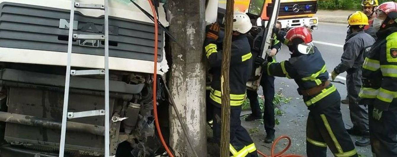 В Киеве грузовик влетел в столб, водителя зажало в кабине