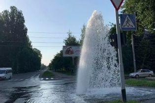 В Виннице посреди улицы прорыв трубы образовал пятиметровый фонтан