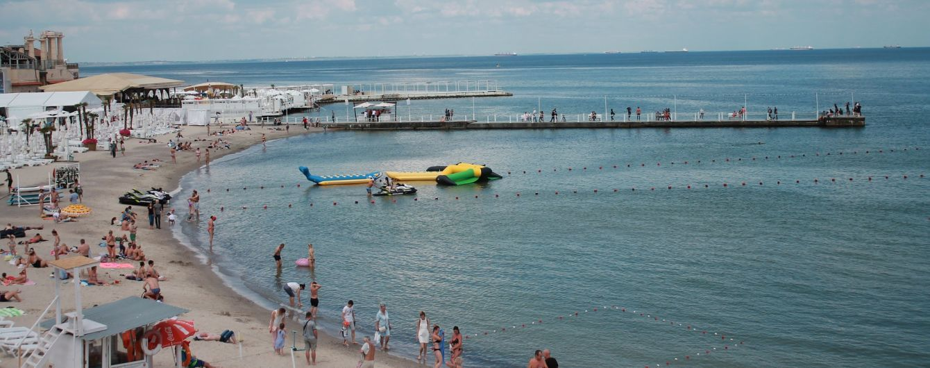 Маски, социальная дистанция и контроль полиции: как живут пляжи Одессы на карантине