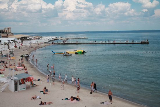Маски, соціальна дистанція та контроль поліції: як живуть пляжі Одесина карантині