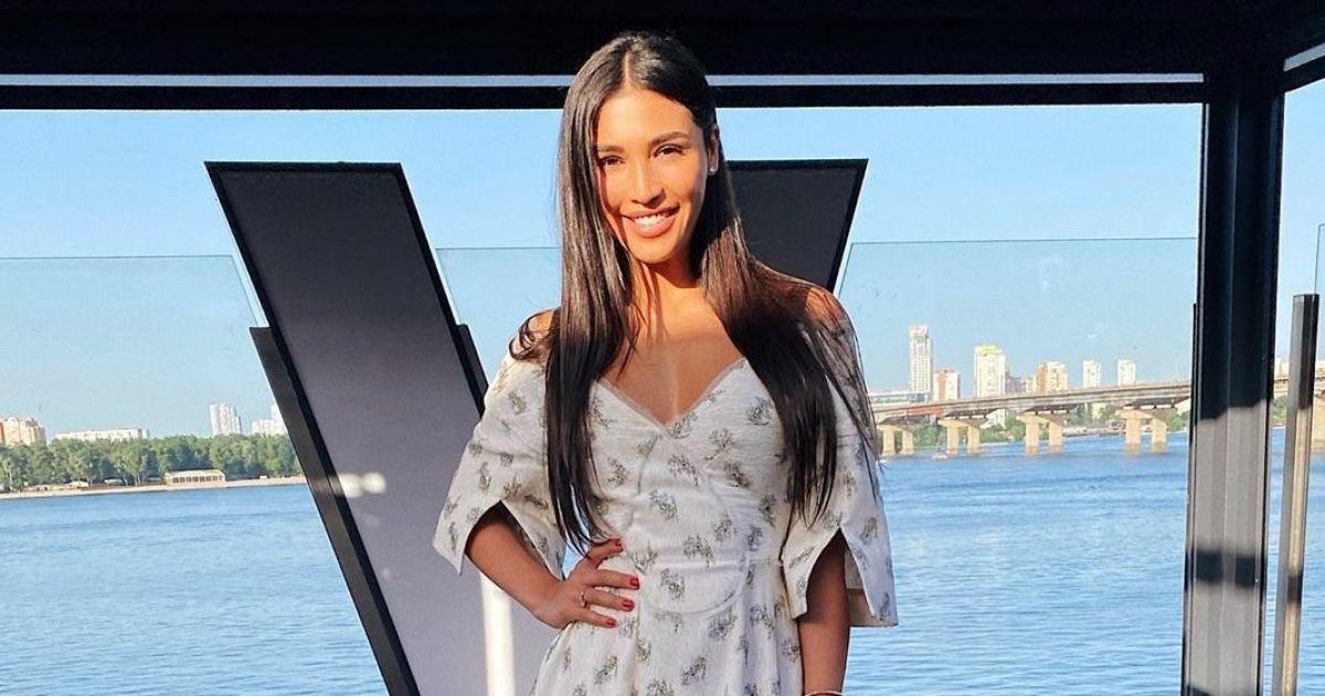 В платье с пикантным декольте: Санта Димопулос в романтическом аутфите сходила на день рождения подруги