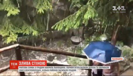 Лило, наче з відра: Львівську область накрила раптова злива з градом
