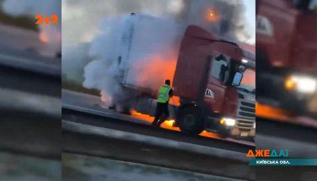 Огненная авария в Киевской области: водитель убегал от полиции, но его остановила фура