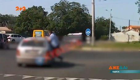 В Одесі чоловіку здалося, що водій авто збив жінку, тому він вирішив власноруч зупинити порушника