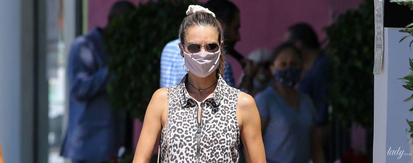 В леопардовом ромпере: Алессандра Амбросио сходила за покупками