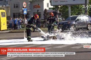В Черкассах водитель поливочной машины самостоятельно погасил огонь прямо посреди дороги