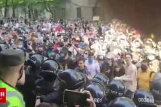 Правоохоронці не дали підтримці Стерненка зайти до зали суду і заблокували вхід до будівлі