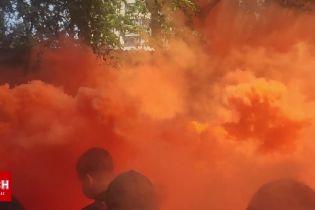 Активісти під судом, де розглядають запобіжний захід Стерненку запалили димові шашки