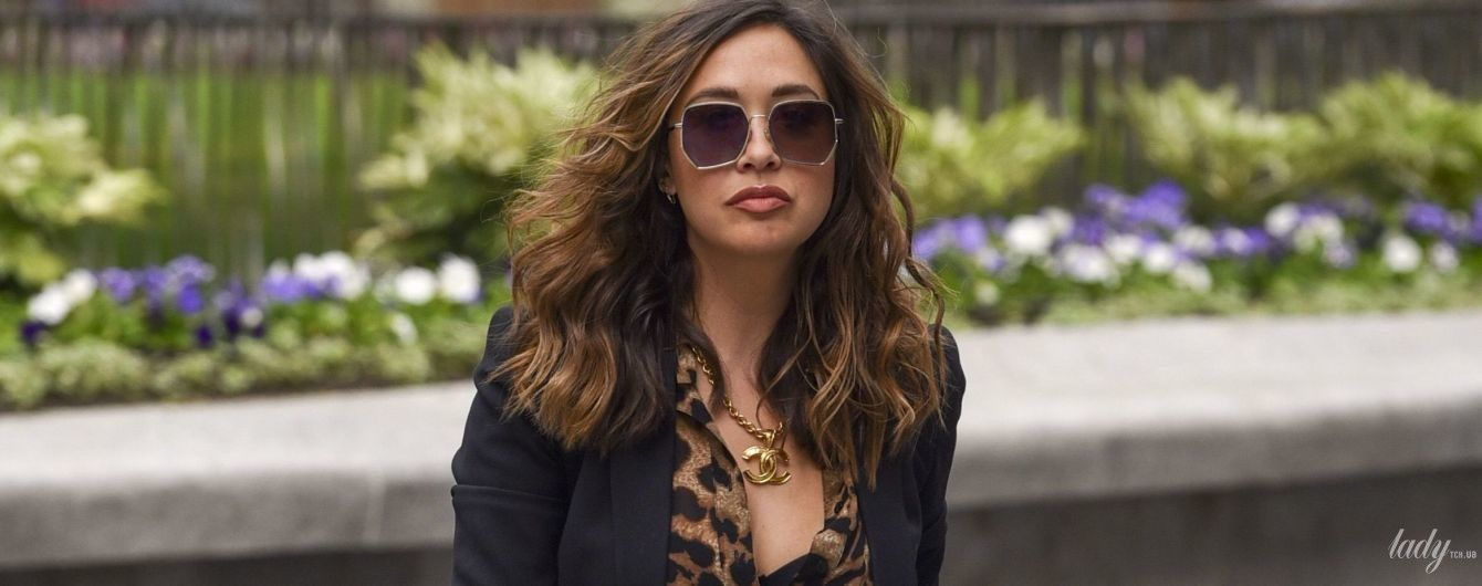 Засветила лифчик: Майлин Класс в леопардовой блузке сходила на работу