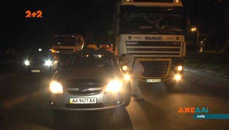На столичной улице столкнулось шесть автомобилей — легковые против грузовиков