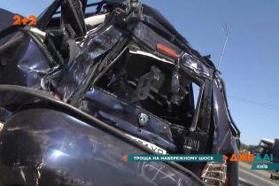 У Києві на Набережному шосе евакуатор протаранив автомобіль