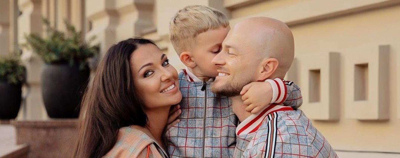 """Влад Яма очаровал семейной фотосессией с подросшим сыном в костюмах в стиле """"Джентельменов"""""""
