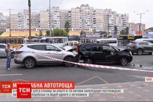 У масштабній ДТП в столиці за участю 6-ти автівок постраждала поліцейська та водій легковика
