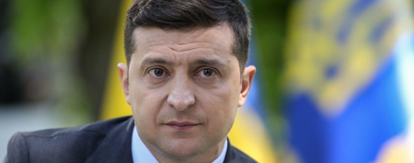 Зеленский поздравил украинцев с Днем Конституции и вспомнил про маски, фуры и вырубку леса
