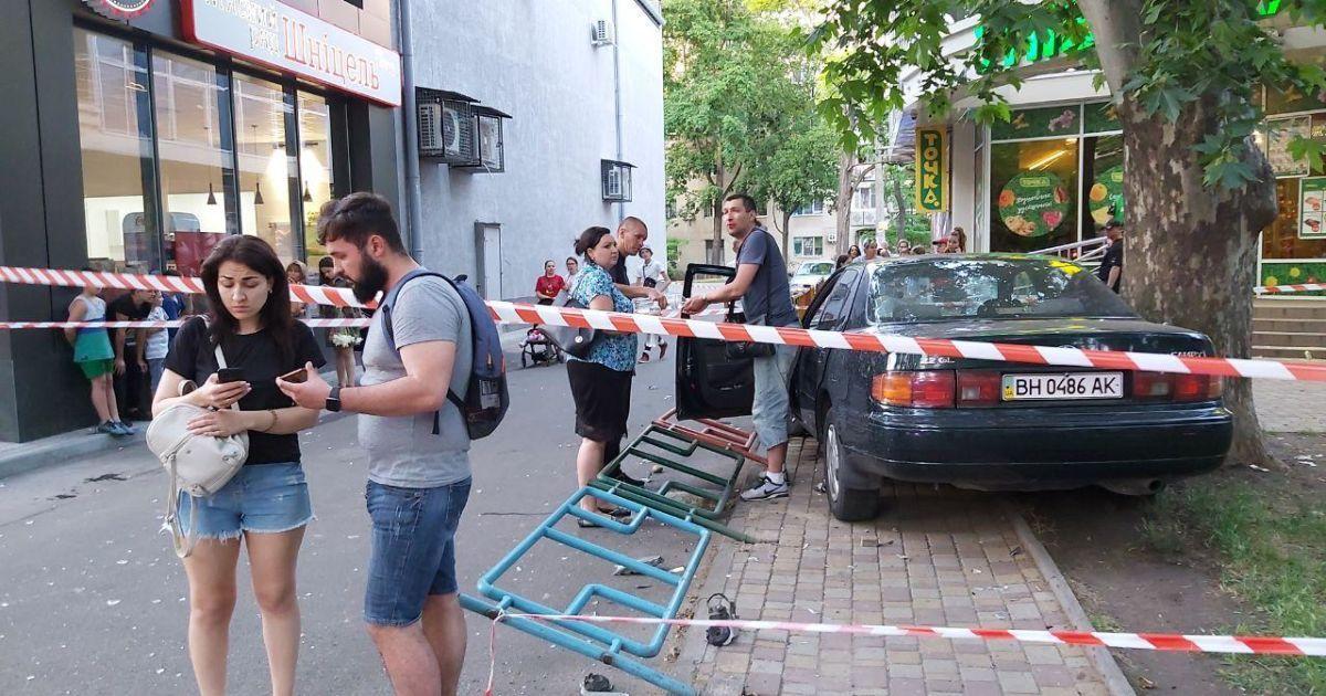 В Одессе легковушка снесла ограждение и вылетела на детскую площадку: водитель - в реанимации