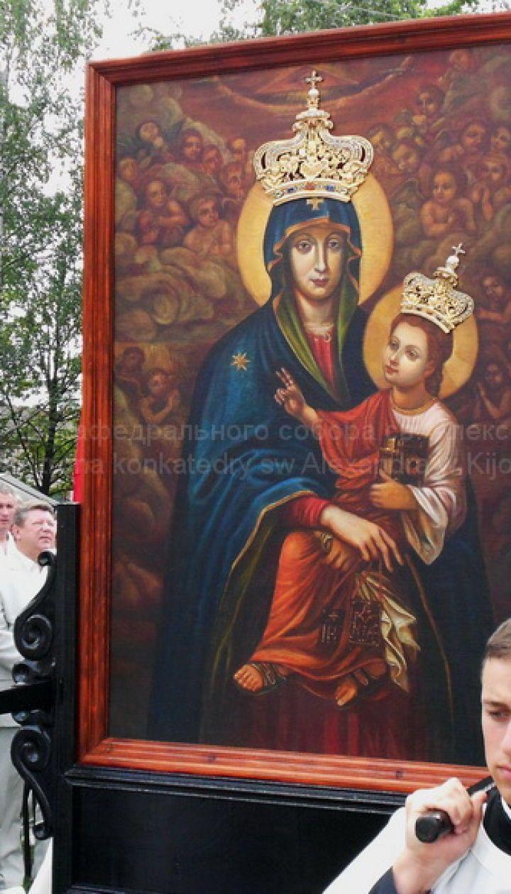 """""""Чудотворна ікона"""". Щороку в середині липня на свято чудотворної ікони Матері Божої Бердичівської з'їжджаються тисячі паломників з усіх континентів"""