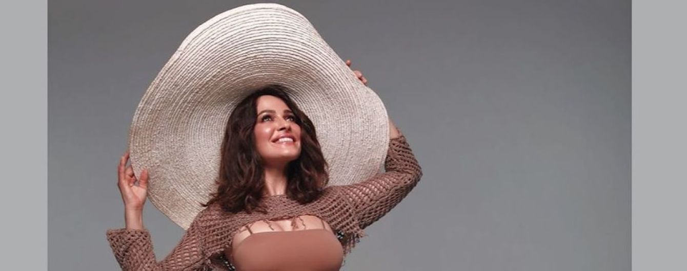В кроп-топе и огромной шляпе: Даша Астафьева поделилась захватывающим кадром