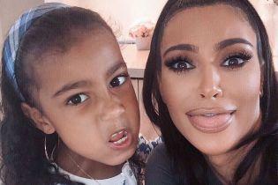 Ким Кардашян насмешила видео с артистичной дочерью по случаю ее 7-летия