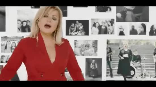 Марія Бурмака в ефектній червоній сукні випустила кліп до свого 50-річчя