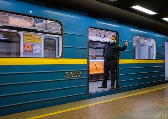 У Києві у метро людина впала на колію