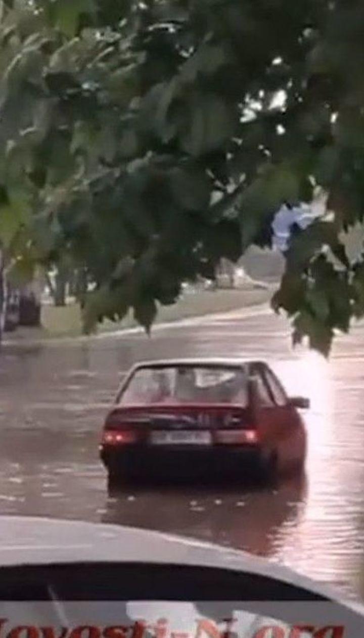 Непогода превращает украинские города и села на огромные озера