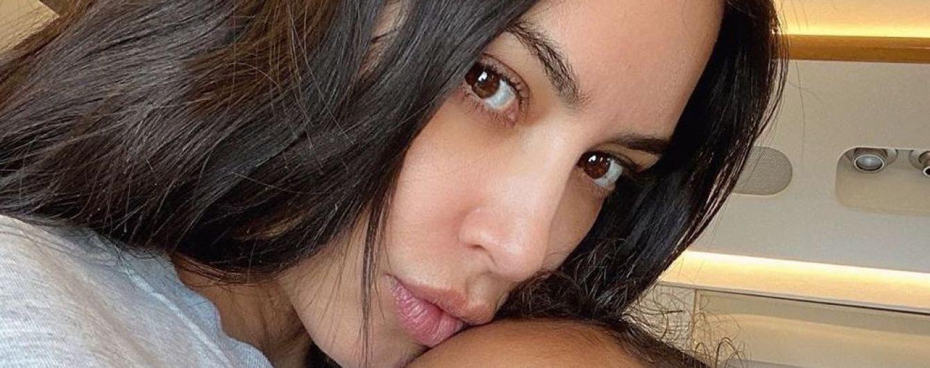 Не впізнати: Кім Кардашян без насиченого макіяжу на обличчі зробила селфі з дочкою