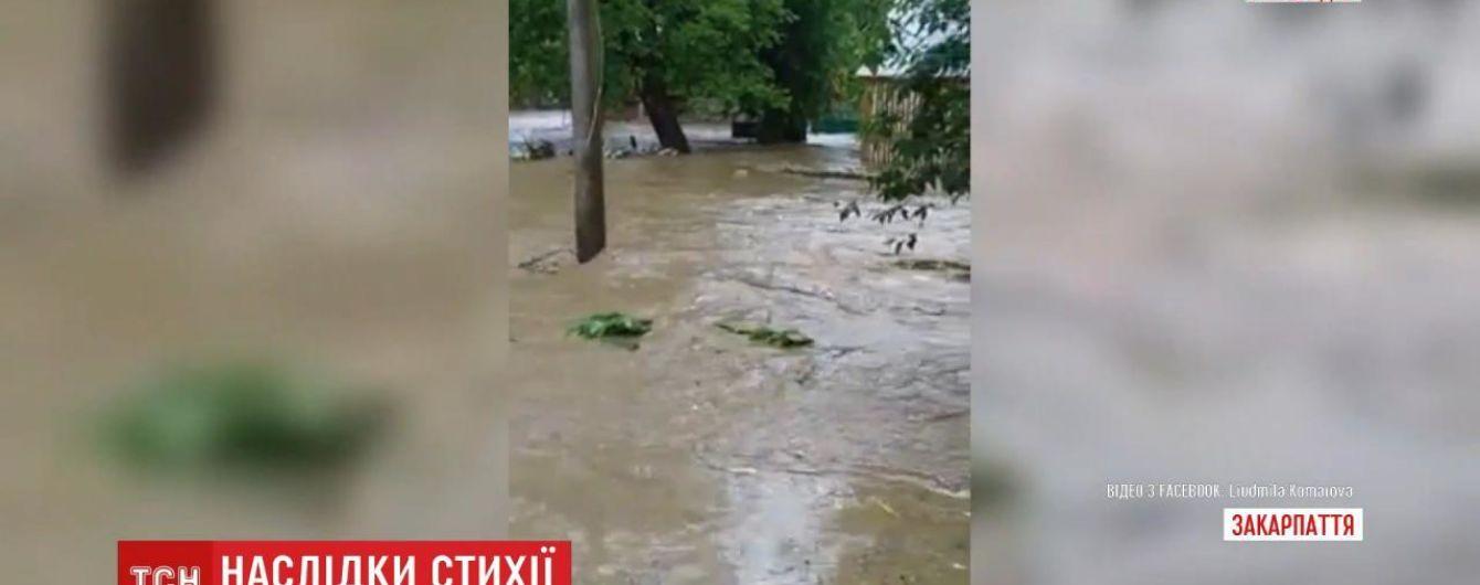 Закарпаття затопило через потужні зливи: дороги та вулиці перетворилися на річки
