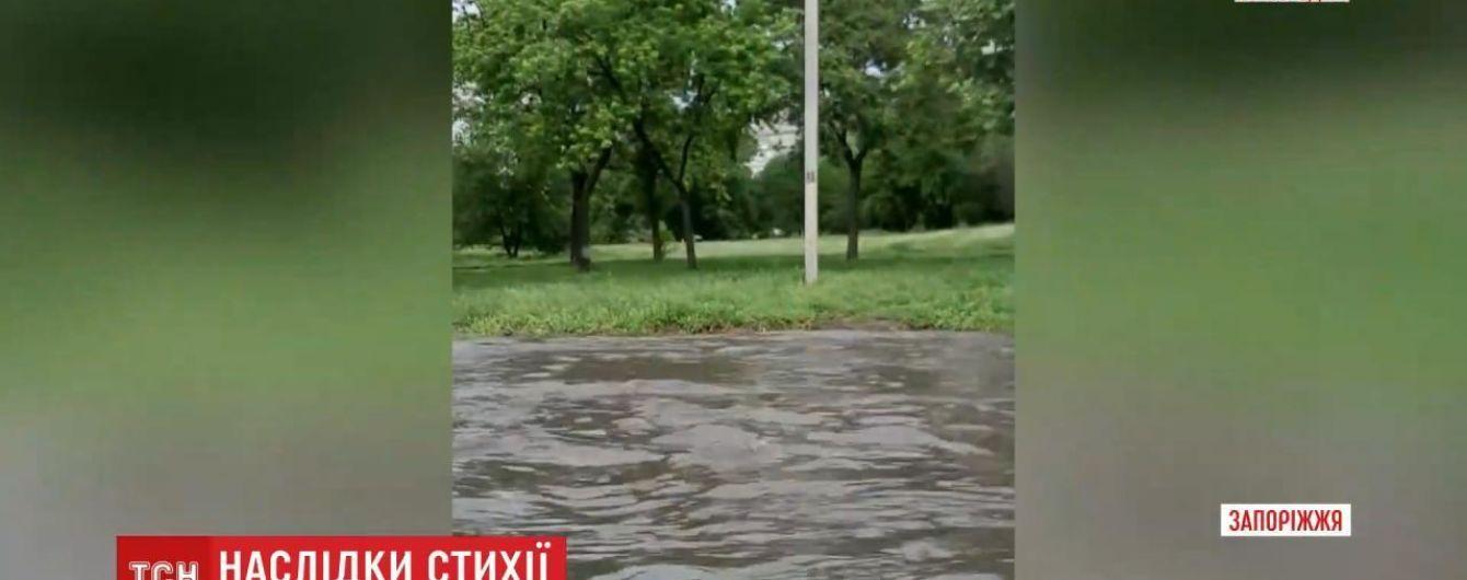 В Украине продолжается непогода: повалены деревья, разрушены автомобили и затоплены улицы и огороды