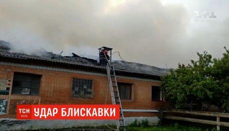 В Хмельницкой области молния сожгла ферму