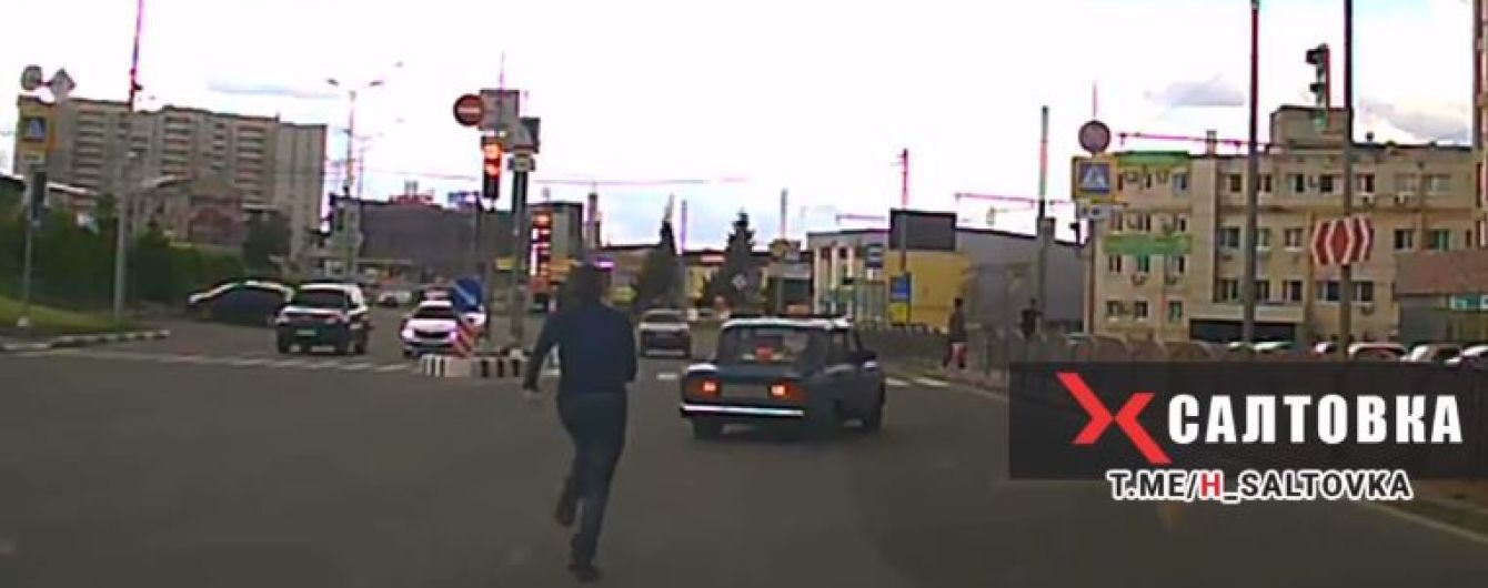 Не все герои носят плащи: в Харькове мужчина догнал и остановил авто, водитель которого потерял сознание