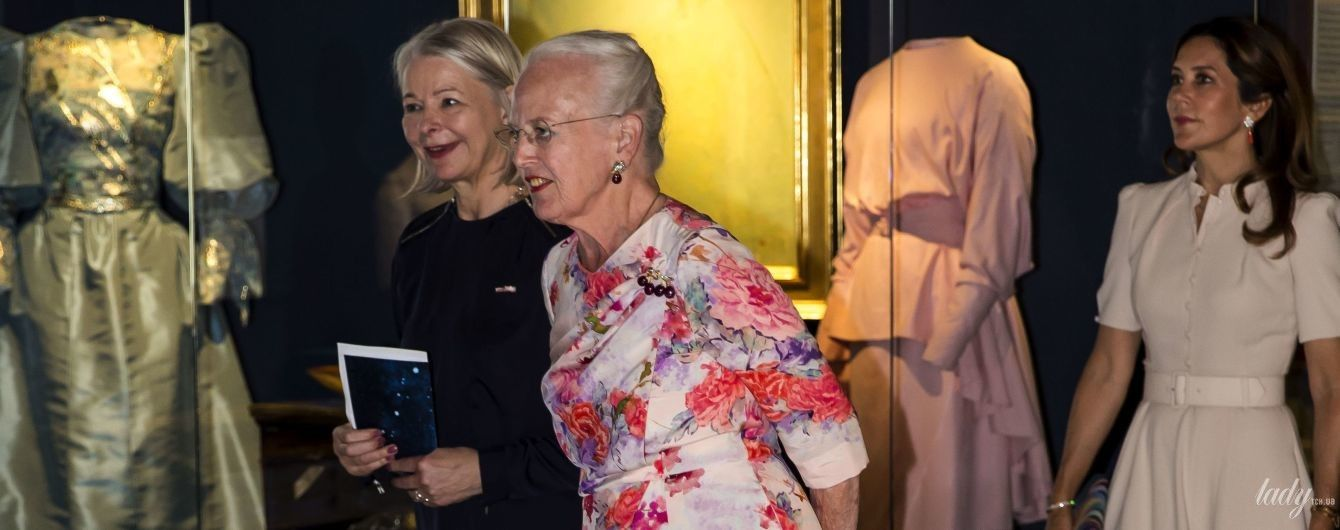 У квітковій сукні і з яскравою помадою: 80-річна королева Маргрете II сходила на виставку