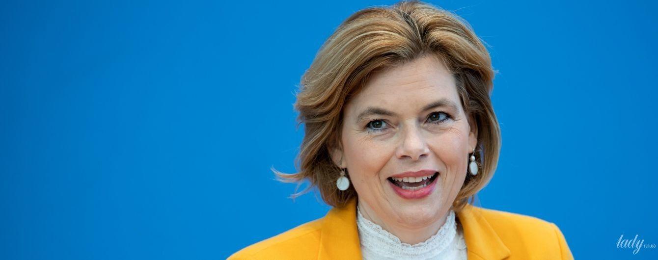 В банановом жакете и ажурном топе: министр сельского хозяйства Германии на пресс-конференции