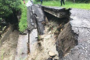 На Закарпатті через сильні зливи обвалився міст