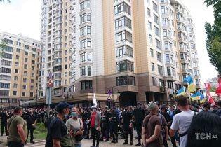 Мітингувальники від Офісу президента перейшли до будинку Зеленського: вулиця оточена кордонами поліції