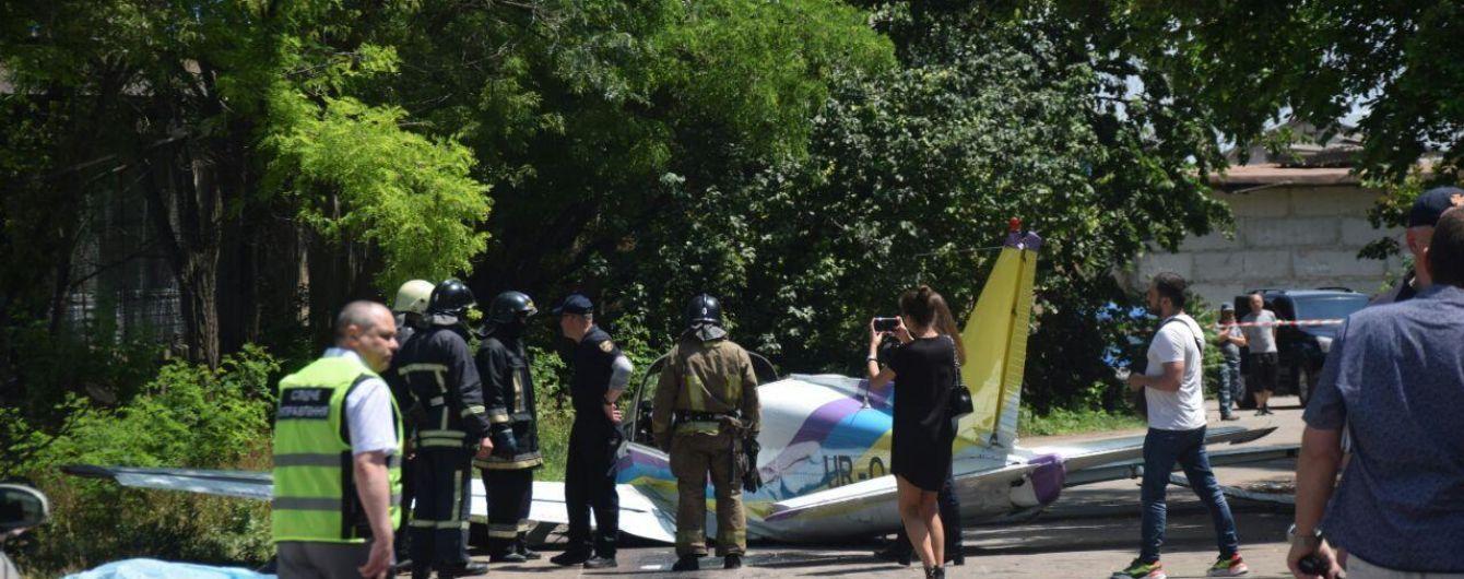 В Одесі біля гіпермаркету впав легкомоторний літак: загинув один з пілотів